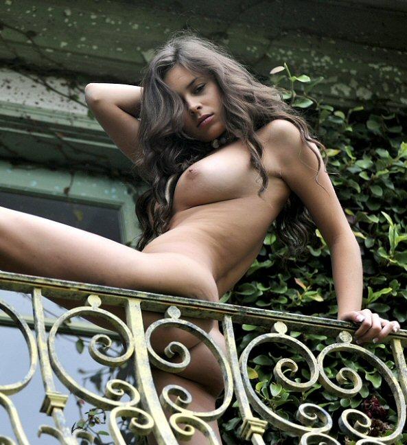 Nude model Nina James